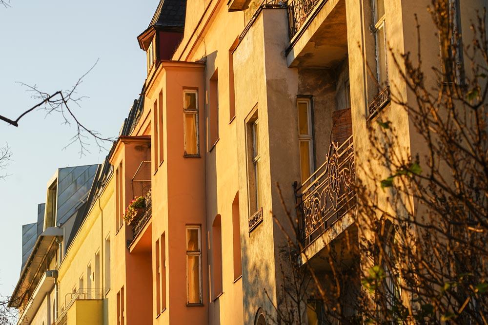 Das Bild zeigt einige Zinshäuser zur Veranschaulichung von versteckte Mängel beim Immobilienkauf
